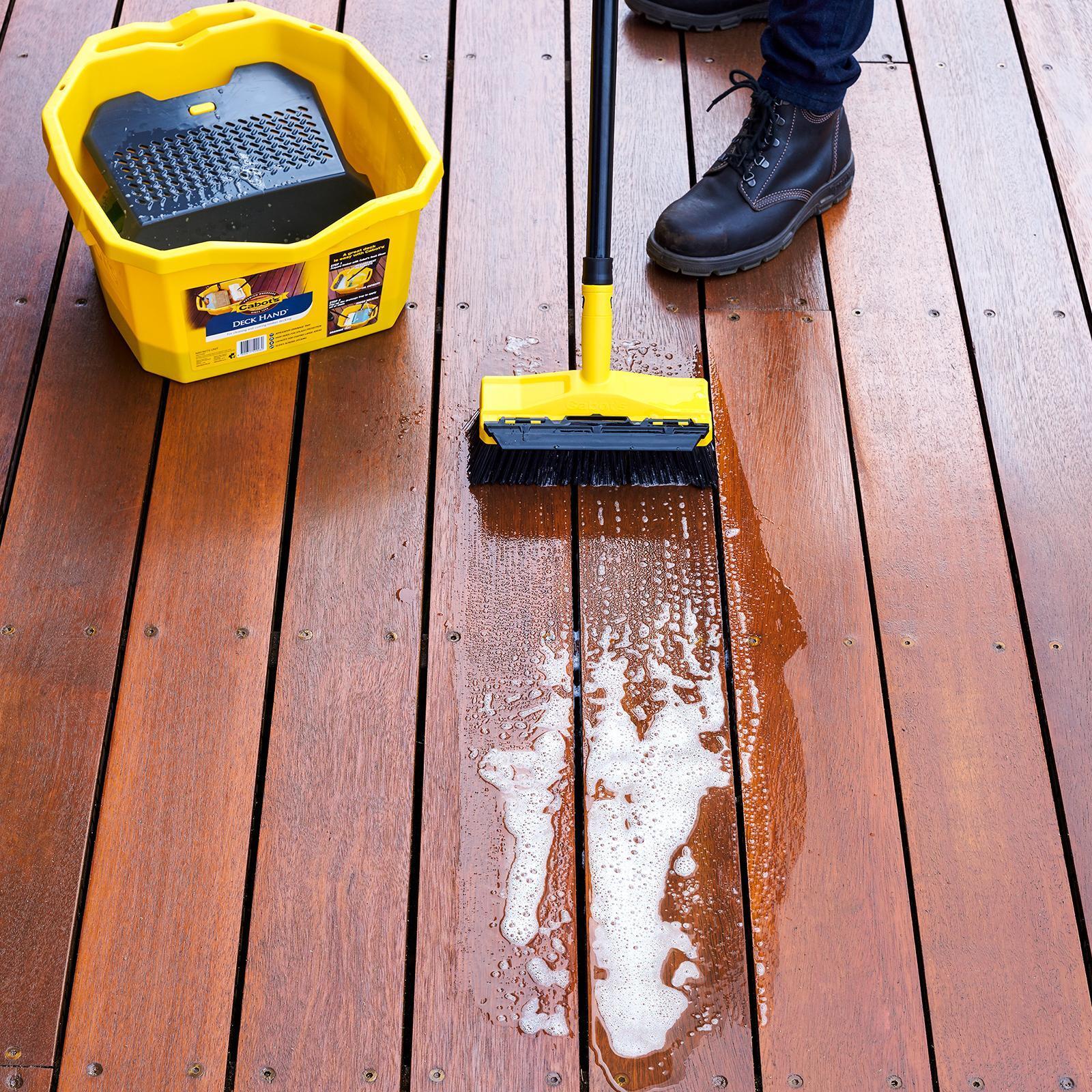 Очищение террасного покрытия с помощью химического очистителя